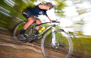 Billede af mountainbiker med loosefit troeje